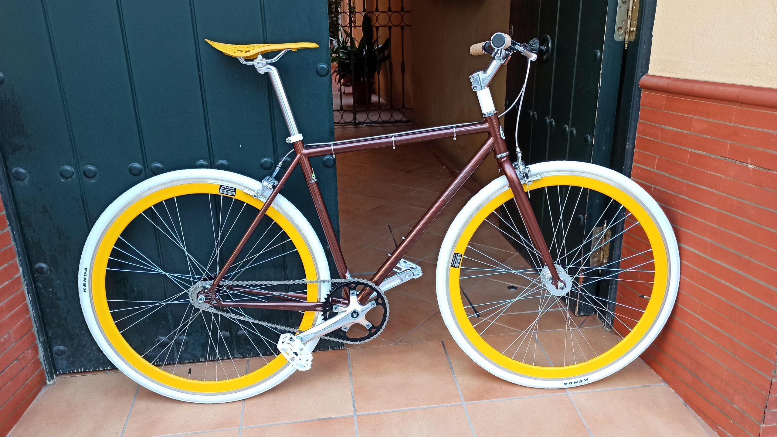 Single-speed marrón,blanca y amarilla